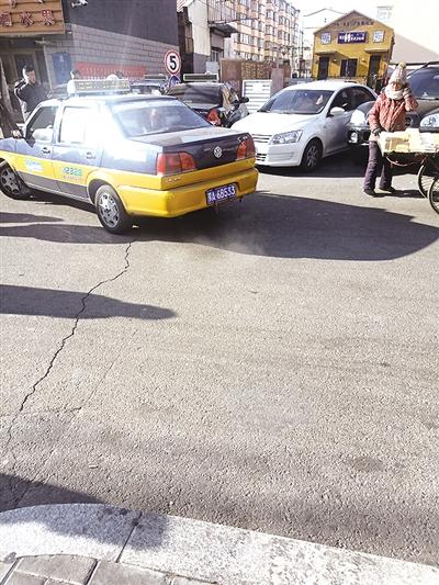 聚集在南茶坊的黑车及和林出租车