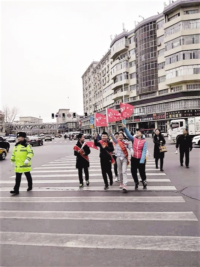 ▲东门外小学学生来到交警岗亭,实地体验道路交通安全。