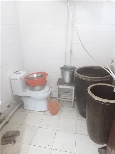 下水道被冻,卫生间成了摆设。   摄影/首席记者 高志华