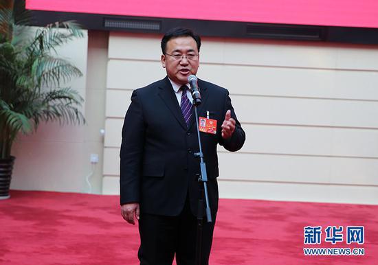 """13日下午,在内蒙古自治区政协十二届三次会议举办的第二场""""委员通道""""上,政协委员魏山虎在回答记者提问。新华网 石毅 摄"""