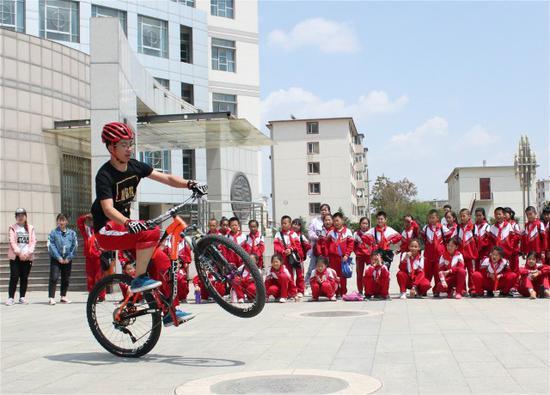 内蒙古农业大学牧马人队表演自行车车技