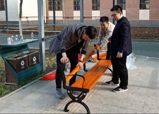 公司团委、青年代表为老人们安装长椅