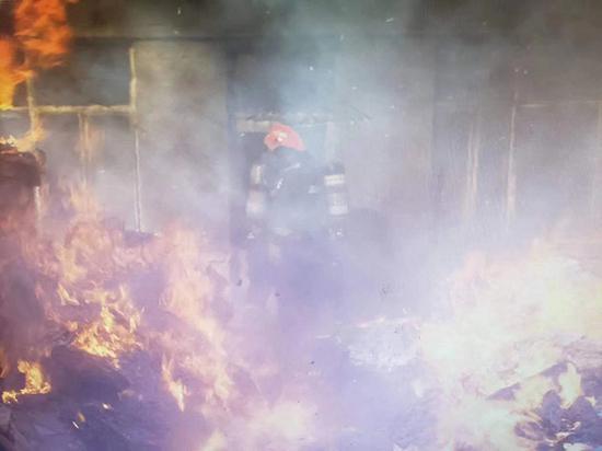 火灾现场,一女生在里屋被困
