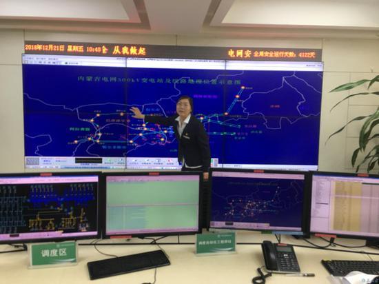 工作人员展示我区电网外送格局。摄影/北方新报融媒体首席记者 王树天