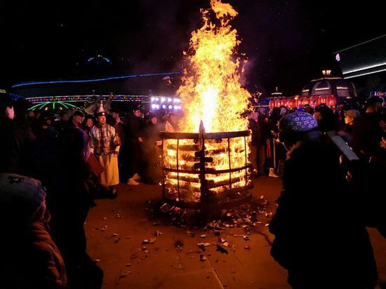 熊熊燃烧的篝火