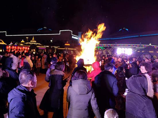 市民围绕篝火跳舞