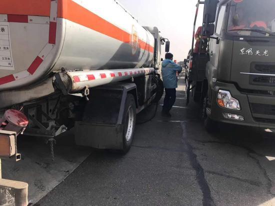 油槽车送油到救灾一线。