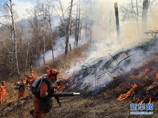 5月1日,内蒙古森林消防总队大兴安岭支队消防员在火场扑救火灾。新华社发(毛亚团 摄)