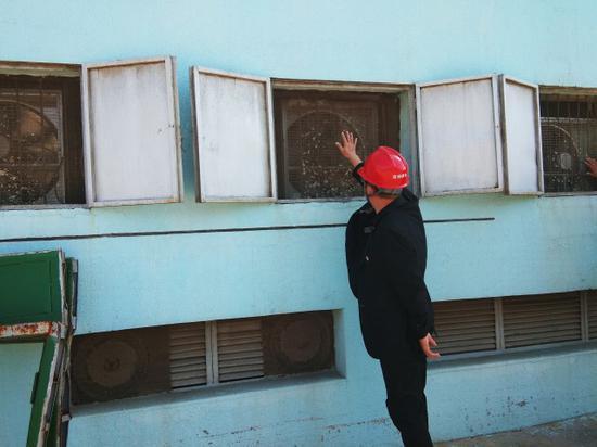 呼和浩特市供电局生产技术处处长刘兵正在查找噪音来源