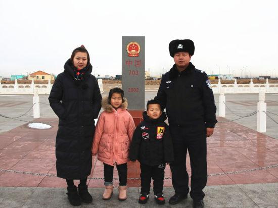 张建与家人在界碑合影。 陈鑫 摄