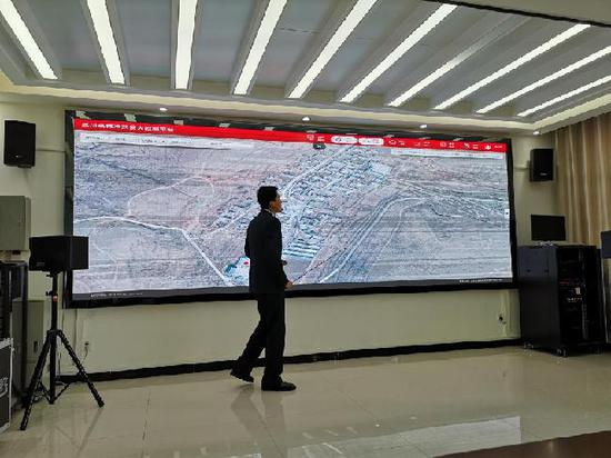 讲解员介绍武川县精准扶贫大数据平台。(新华网 杨腾格尔摄)