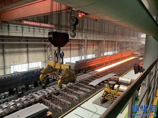 这是包钢(集团)公司的热轧生产线。新华社记者 朱文哲 摄