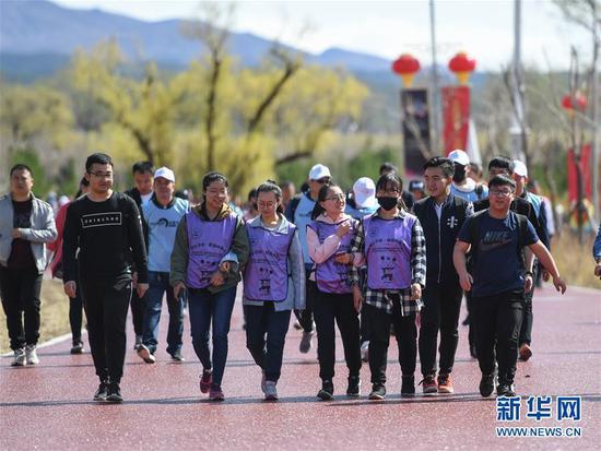 4月21日,健身爱好者参与徒步走活动。新华社记者彭源摄