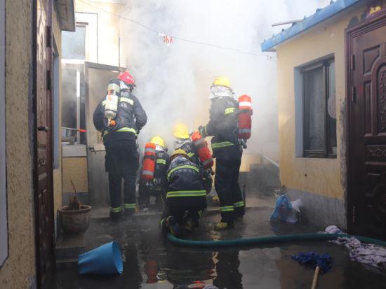 消防员奋力灭火
