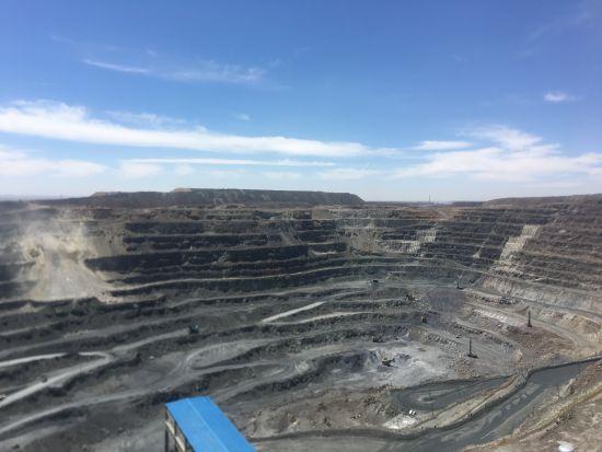 包头钢铁(集团)有限责任公司白云鄂博矿区的矿坑。