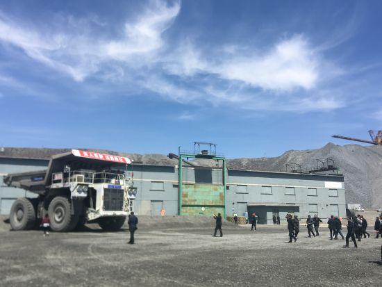 包头钢铁(集团)有限责任公司白云鄂博矿区的无人驾驶车辆正在作业。