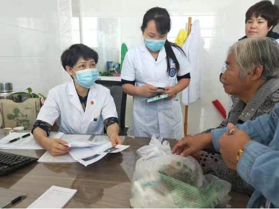 达拉特旗人民医院领导带头到基层服务。