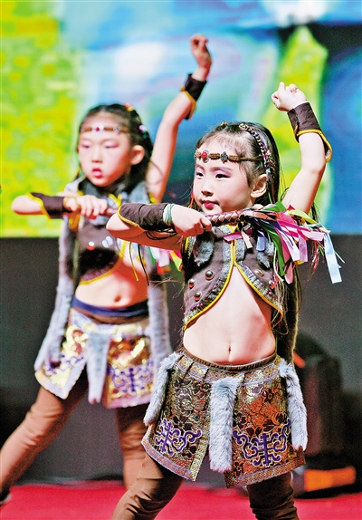 呼和浩特市蒙古族幼儿园南园表演舞蹈《哈塔日亚》。