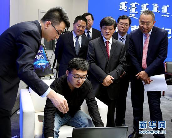 工作人员通过PC端展示3D廉政教育展厅。(新华网 发)