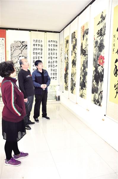 5月27日,游客观看书画作品。王玉琨 摄