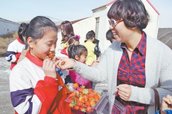 """""""爱心妈妈""""陪伴孩子采摘和品尝草莓"""
