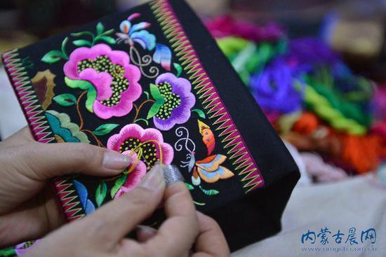 蒙古族刺绣艺人露绝活