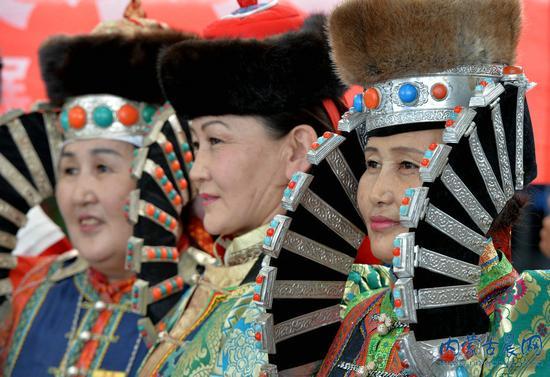 蒙古族传统服饰传承人秀快闪图片