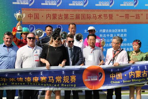 兴安盟文体新广局局长任玉忠为2岁马平磅赛1000米获奖骑手颁奖