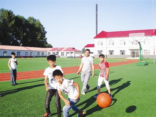 课下,纪英奎与学生玩篮球(图片由本人提供)