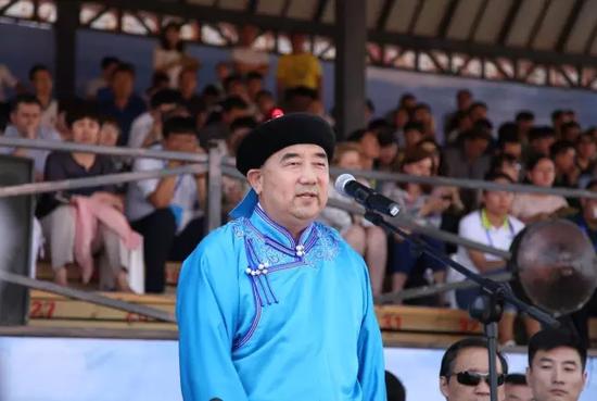 内蒙古自治区人民政府副主席云光中宣布大会开幕。