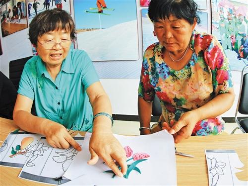 道井子村民学习布艺贴画制作.内蒙古日报社融媒体记者 通拉嘎 摄-