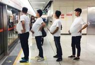 成都地铁现男孕妇