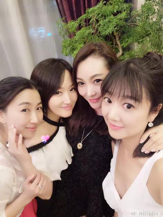 杨钰莹与闺蜜自拍