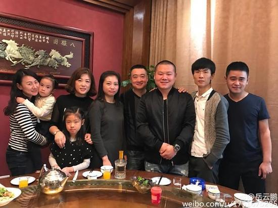 岳云鹏与饭馆旧同事聚餐