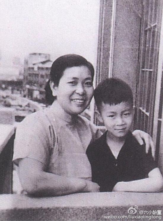 六小龄童与母亲