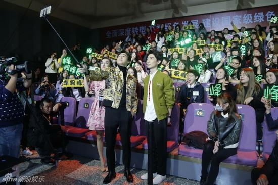 李易峰和粉丝自拍