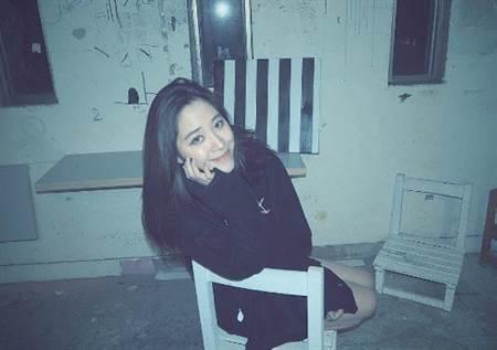 欧阳妮妮在美术工作室拍照