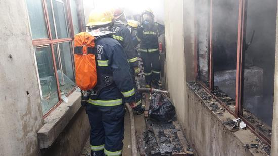 沙特无窗户住宅火灾-房子烧得只剩土墙-永春一民宅深夜起火 一家三口无窗逃生遇难