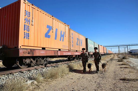 11月28日,二连边检站官兵携带警犬对中欧班列进行边防检查。