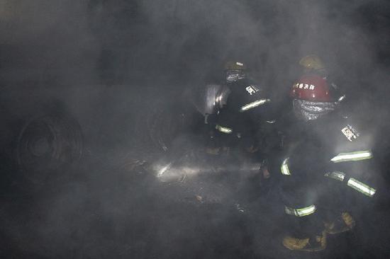 路边停车场深夜起火 消防官兵紧急扑救