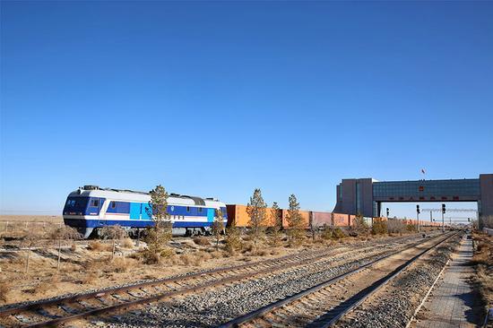 11月28日,首列中欧班列(蒙连欧)驶出二连浩特国门。