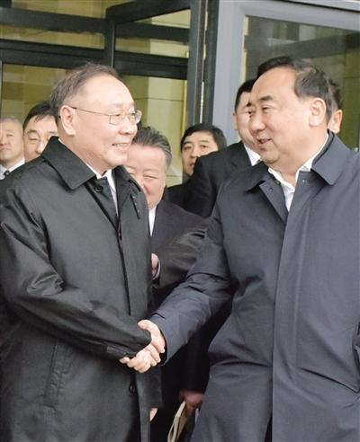 11月29日,云光中同志(右)与那顺孟和同志在全市领导干部大会结束后亲切握手。 本报首席摄影记者 彭晓明 摄