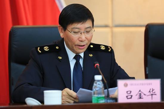 党组成员、副局长吕金华传达自治区第十次党代会会议精神。