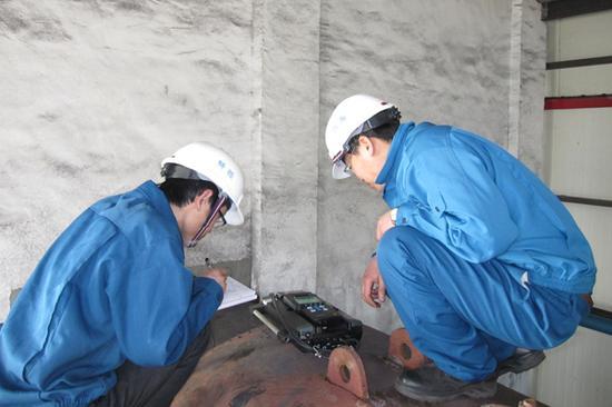 检验人员使用燃烧效率分析仪在为乌海市温明矿业有限责任公司进行工业锅炉能效测试