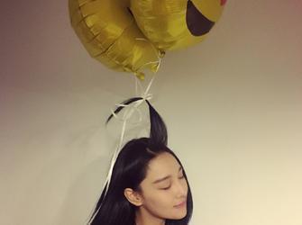 要上天!张馨予头系气球 表情享受欲起飞