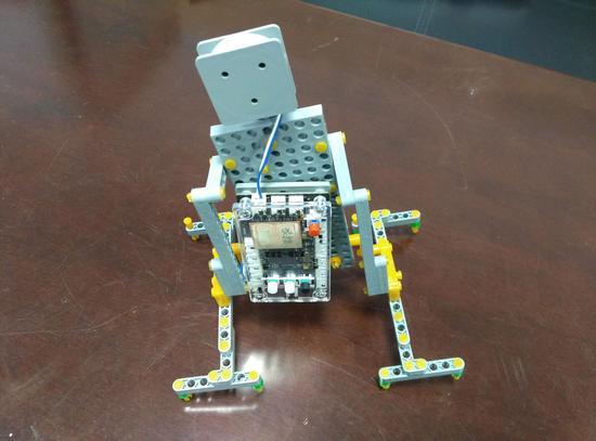 冯科领同学的作品《自动行走机器人》