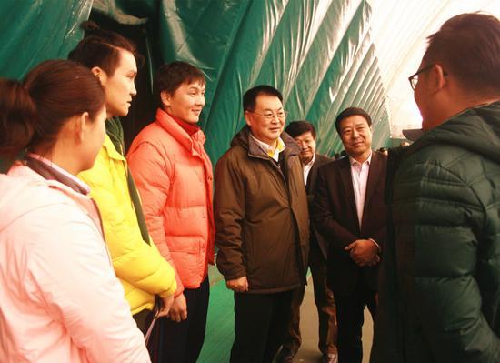 任亚平主席、谭景峰局长与内蒙古网球队教练组成员亲切交谈