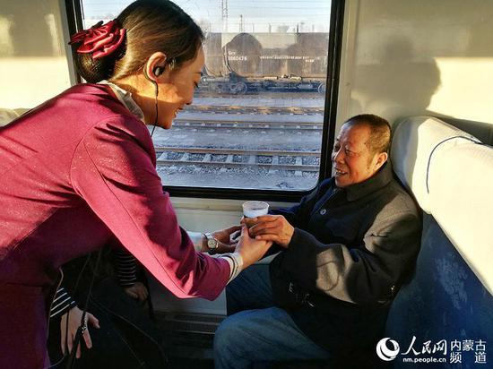 包环列车乘务员为重点旅客服务。(褚梦龙 摄)