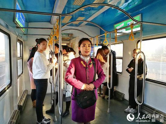 包环列车乘务员服务旅客。(褚梦龙 摄)
