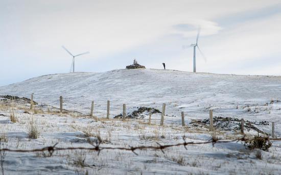 冬日的雪,把一切都裹进沉寂之中,舍楞老人默默地立在敖包前,双掌合实,无声的祈祷溢满整个草原……